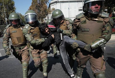 Piñera enfrenta masiva primera marcha estudiantil