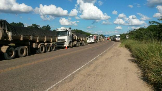 Transportistas y dragueros bloquean la ruta a Camiri