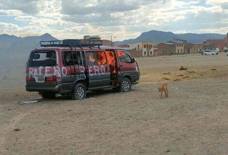 LINCHAN A TRES DELINCUENTES EN PATACAMAYA: Pobladores queman el bus donde delinquían y se refugiaban