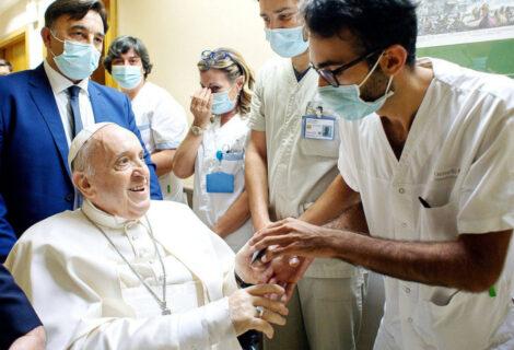 """EL PAPA REVELA DETALLES DE SU OPERACIÓN DE COLON: """"Un enfermero me salvó la vida, un hombre de experiencia"""""""