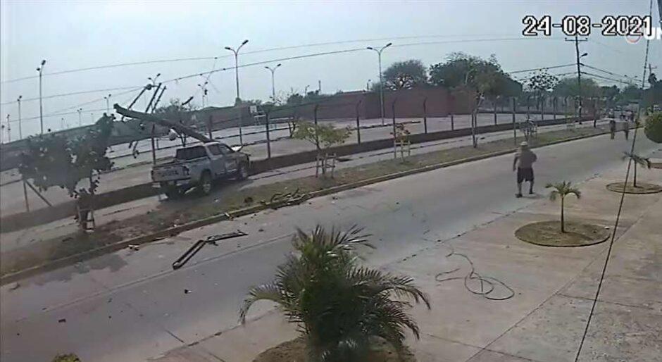 MENOR DE 14 AÑOS CHOCA Y MATA A CONDUCTOR: Embiste a un minibus y se estrella contra un poste