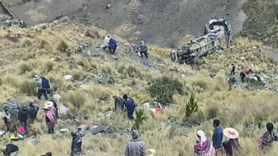FATAL ACCIDENTE DE TRANSITO EN CARRETERA A MOROCHATA: El embarrancamiento deja 23 fallecidos y 13 heridos