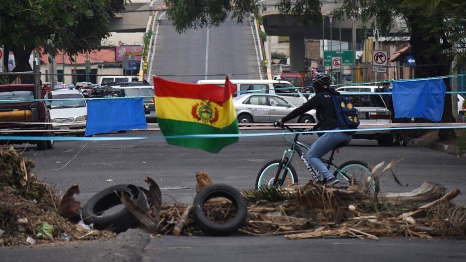 PARO CÍVICO NACIONAL CONTRA LAS NUEVAS LEYES: Reportan bloqueos en ciudades del eje y policía en apronte