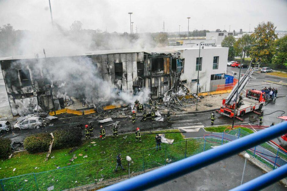 AVIÓN PRIVADO SE ESTRELLA CONTRA UN EDIFICIO EN MILÁN: Fallecen el piloto, el copiloto, cinco adultos y un niño