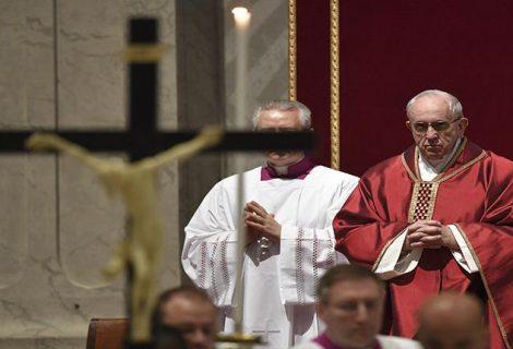 """El Papa celebra la Pasión de Cristo e instó a los jóvenes a ir """"contracorriente"""""""
