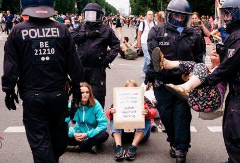 PROTESTAN POR LAS MEDIDAS ANTICOVID Y LOS DETIENEN: Unos 500 negacionistas son arrestados por la policía en Berlín