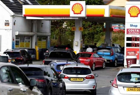 REINO UNIDO EN CAOS POR FALTA DE COMBUSTIBLES: Largas filas en las gasolineras por la excesiva demanda