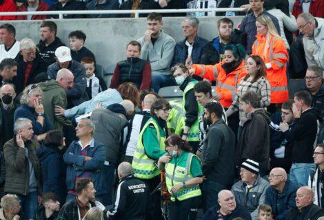 INTERRUMPEN PARTIDO POR DESMAYO DE UN EXPECTADOR: Jugaban el Newcastle y el Tottenham por la Premier League